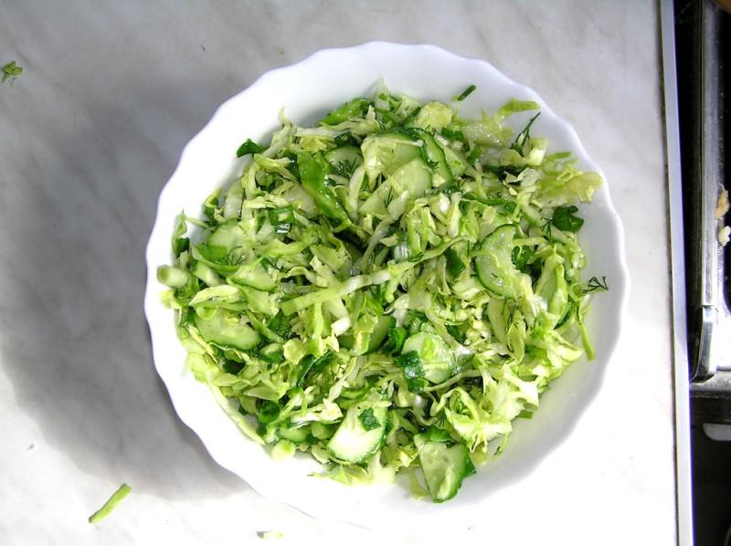 Салат с огурцами и яйцами и капустой
