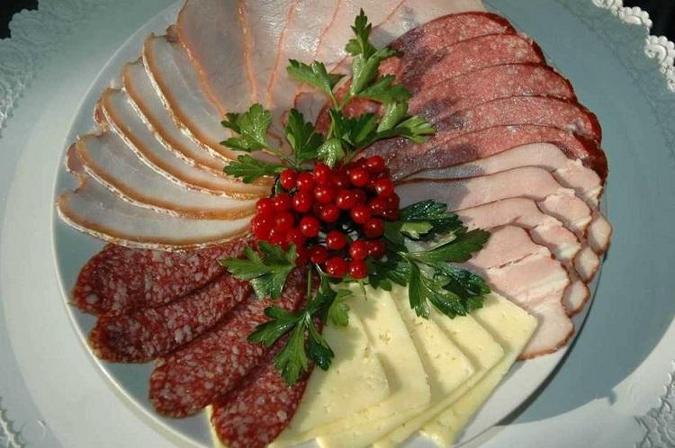 Новый год на столе колбаса и рыба