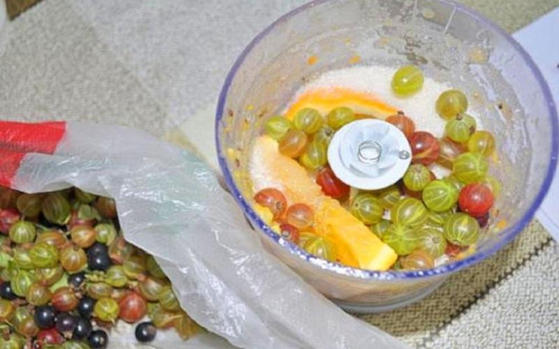 измельчить ягоду и цитрус