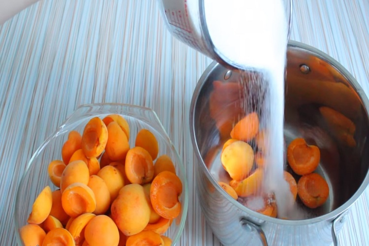 пересыпать дольки абрикоса сахаром