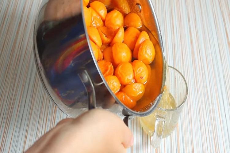 налить сок в стакан